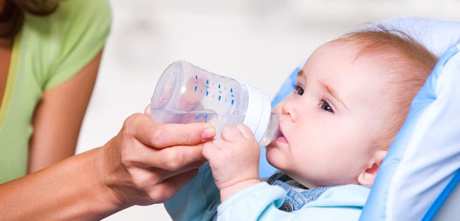 Чи можна давати воду грудним немовлятам