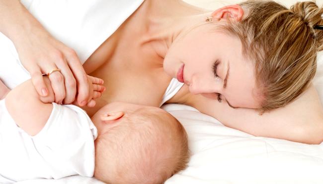 Як правильно годувати новонароджену дитину груддю