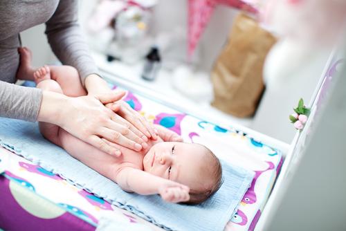 Як робити масаж для новонароджених при запорах і кольках