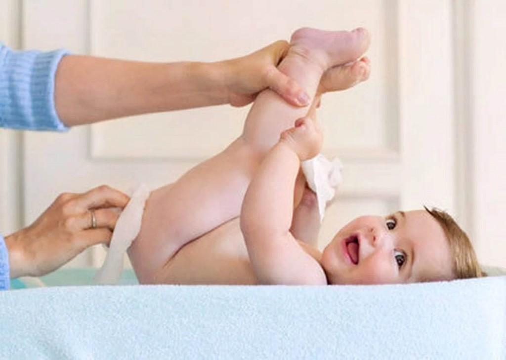 як підмивати новонароджену дівчинку на пеленальному столику
