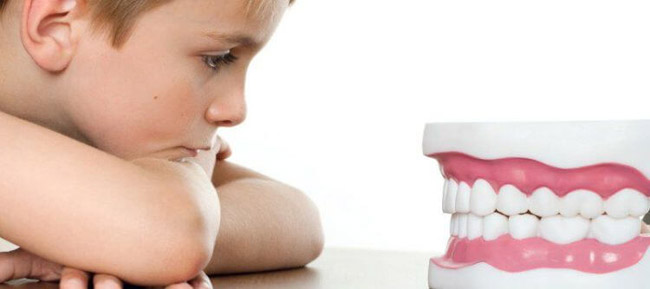 дитина скрипить зубами