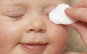 Закисають очі у дитини: причини, лікування