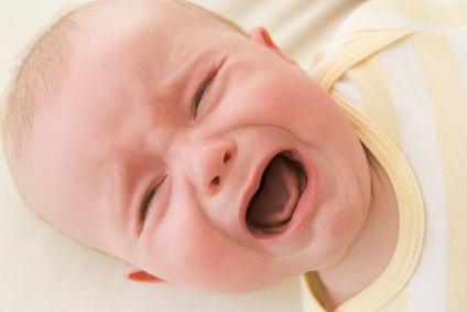 Дитина плаче при годуванні: як допомогти