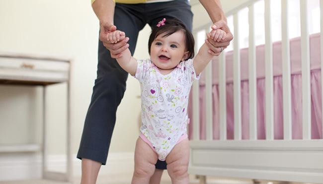Дитина починає ходити