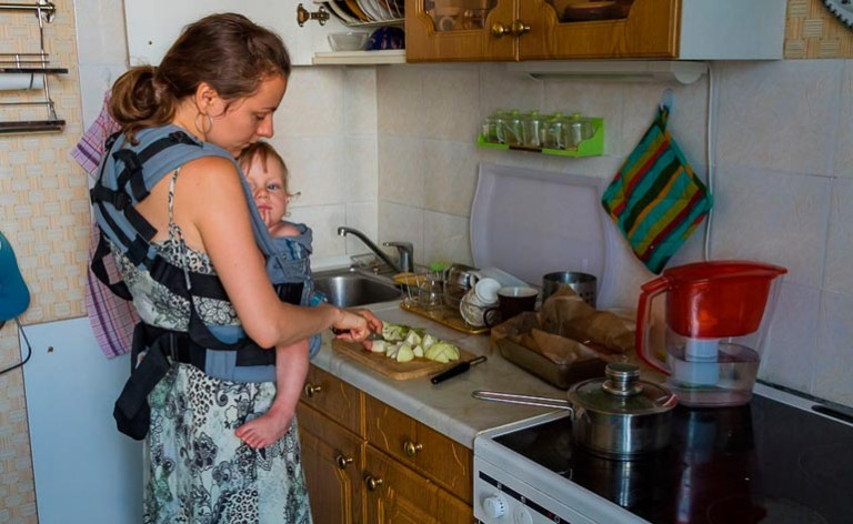 rebenok-v-slinge-mama-zanimaetsia-domashnimi-delami