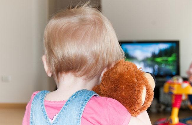 Чи можна включати телевізор дітям?