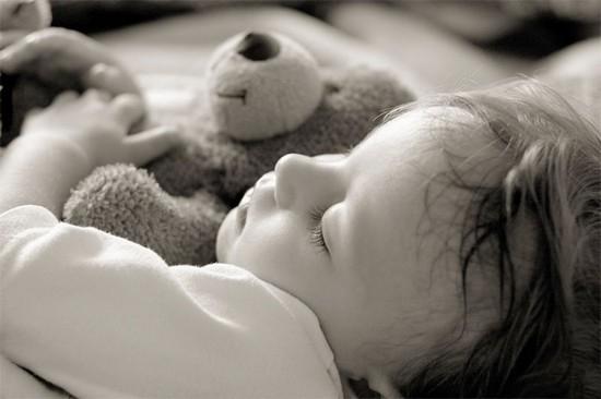 Дитина сильно потіє - причини, лікування