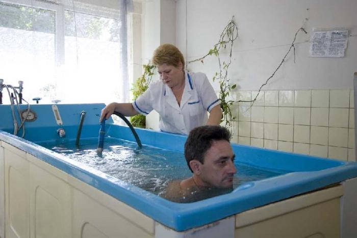 Ванни з розчином бішофіту зазвичай рекомендують при захворюваннях суглобів