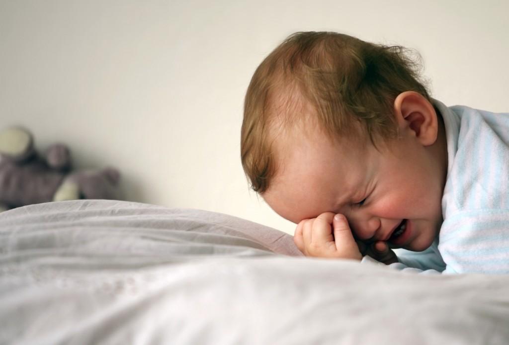 Немовля прокидається і плаче