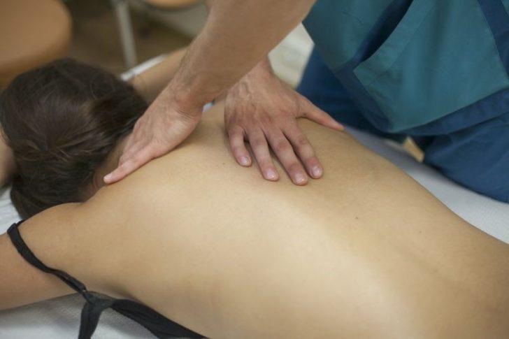 Масаж відмінно допомагає впоратися зі скутістю м'язів комірцевої зони