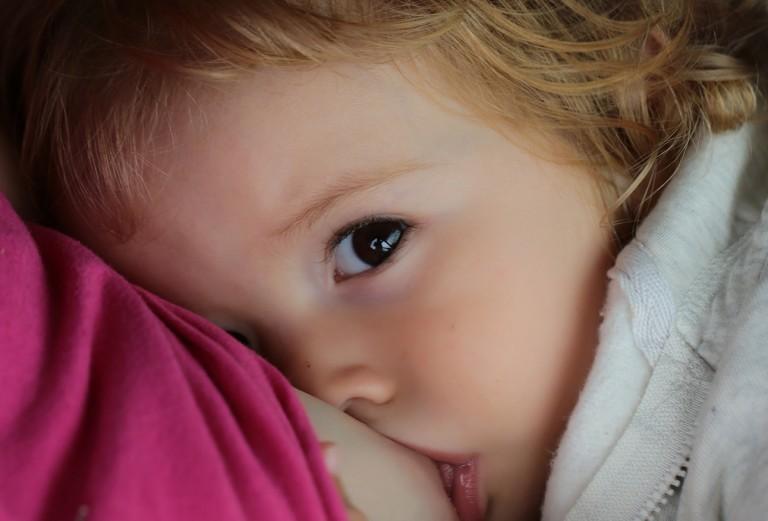 Зміщений графік годувань: чому ваш малюк їсть всю ніч, і як це змінити?