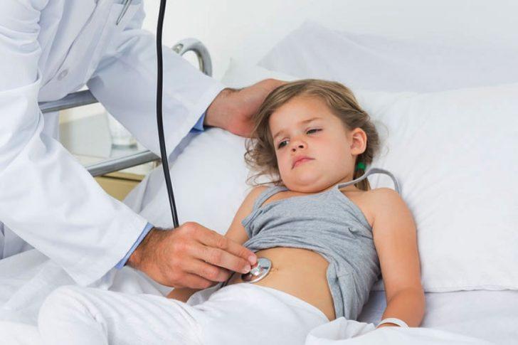 Гострий біль в животі справа чи в області пупка може говорити про нападі апендициту