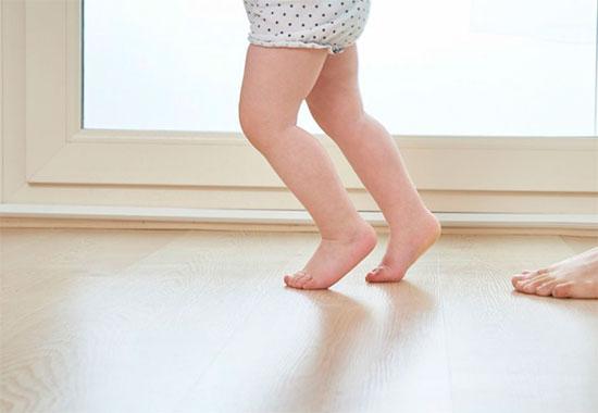 Чому дитина ходить на носочках: що це означає?