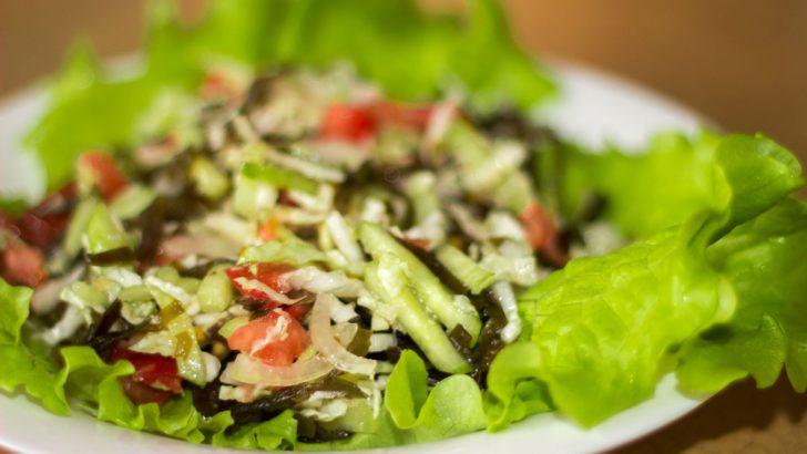 Цей салат сподобається навіть тим, хто не любить смак морської капусти: тут він вдало завуальований овочами