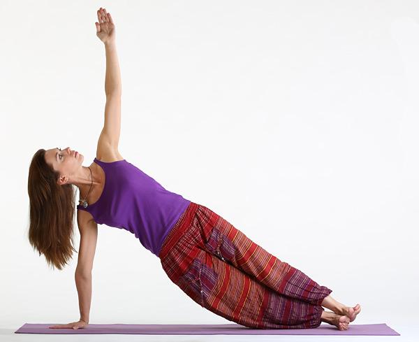 Васіштхасана - асана зміцнює м'язи рук, живота і ніг, витягує зап'ястя, позитивно впливає на поперековий і крижовий відділ хребта