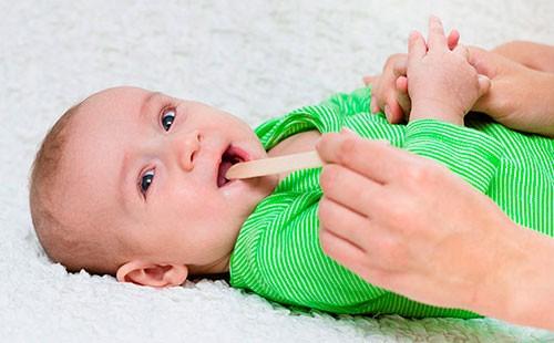Болить горло у немовляти: чим і як лікувати