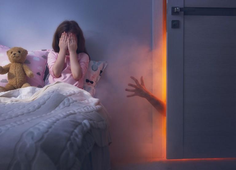 Дитина в 2 роки прокидається вночі і плаче: що робити?