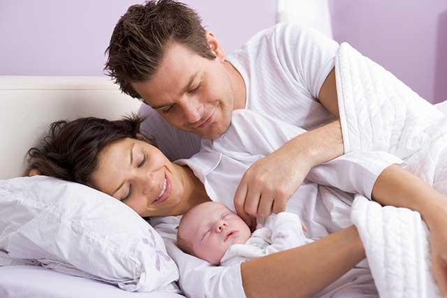 Спати з дитиною – разом або нарізно: плюси, мінуси, поради