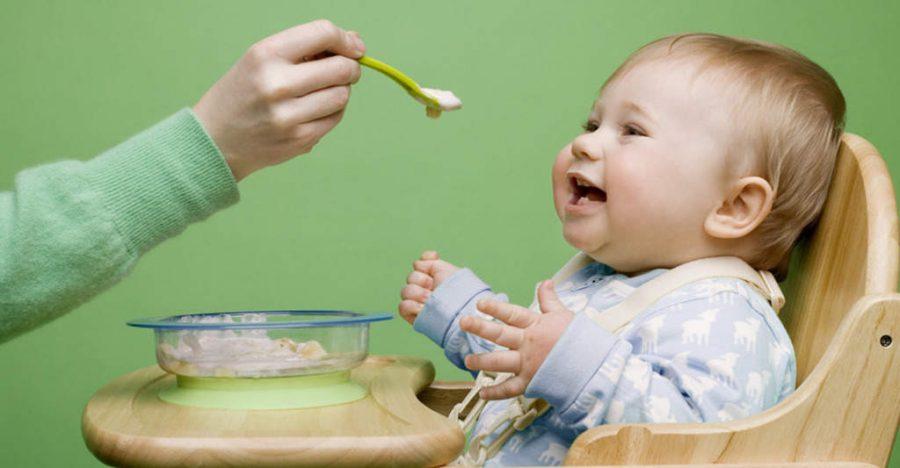 Чому дитина багато відригує після годування: причини, симптоми, що робити?