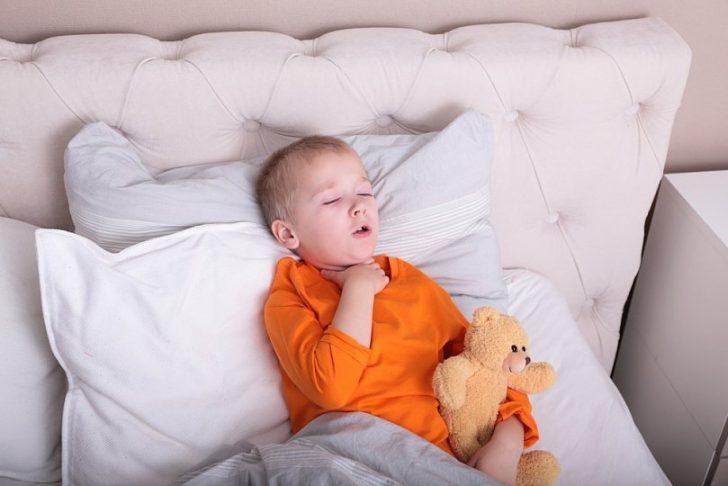 Несправжній круп, як правило, нападає на дитину несподівано, найчастіше вночі
