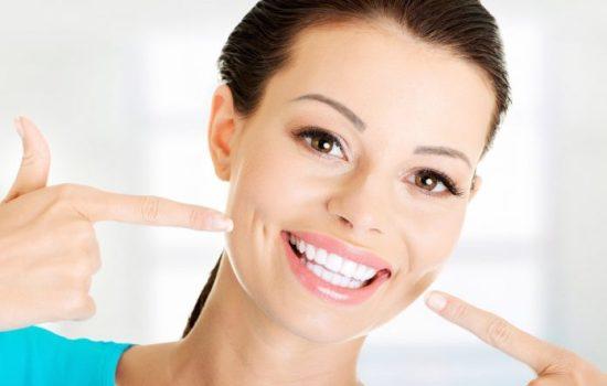 Відбілювання зубів в домашніх умовах: чи варто ризикувати емаллю заради білосніжної усмішки або все ж є безпечні методи