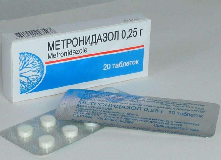 Метронідазол приймають всередину, так як тільки місцеве лікування не дає 100% результату