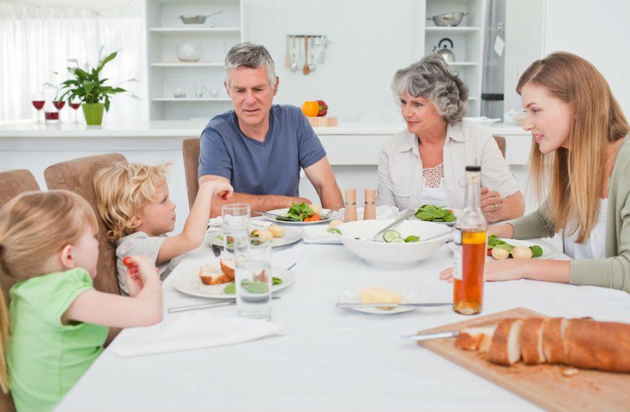 Дитина не їсть за вечерею і вимагає солодкого: що робити?