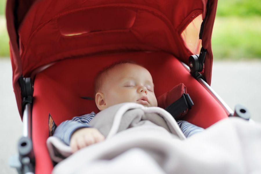 Сон в колясці – добре чи погано?
