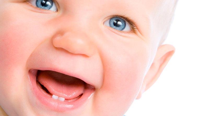 Коли з'являються перші зуби у немовлят: терміни і симптоми появи
