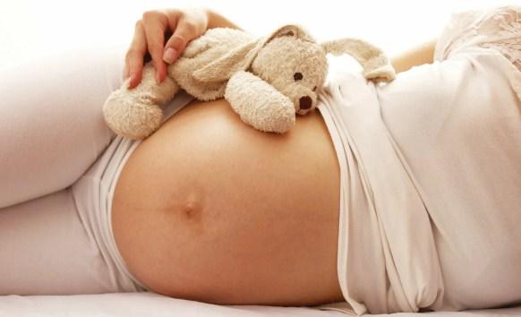 Чи можна вагітним лежати на животі?